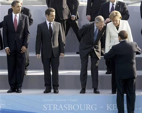 Za�al druh� den summitu NATO. St�tn�ci se p�iv�tali na most� p�es R�n.