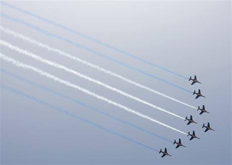 Francouzsk� st�ha�ky vytvo�ily na nebi pruhy v barv�ch NATO