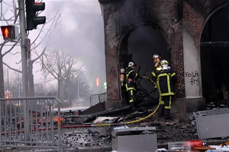 HHasiči zasahují při hašení hotelu, který ve Štrasburku zapálila demonstrující mládež.