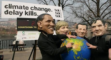"""Kampaň nazvaná """"Záchrana klimatu je ve vašich rukou, nerozhodnost zabíjí"""" na Alšově nábřeží. (5.4.2009)"""