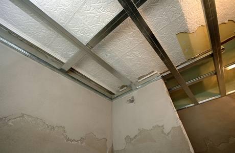 Už je hotová i konstrukce podhledů v koupelně