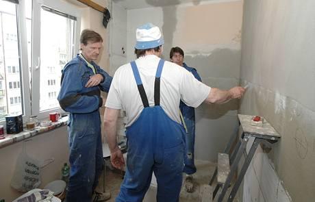 Než začne elektrikář s prací, seznámí ho zedníci s pokyny od majitelky