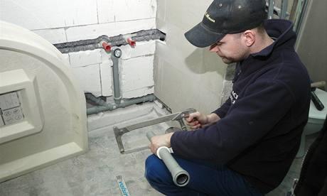 Nejdříve si instalatéři přesně naměřili odpad, který povede rovnoběžně se stěnou