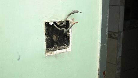 Elektrikář se snaží poradit si se starou krabicí