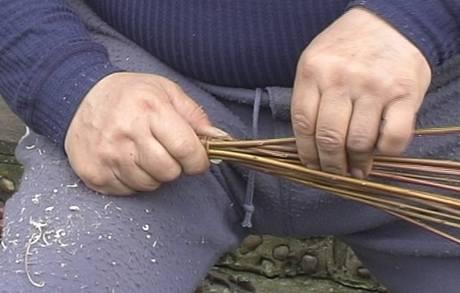 �p�nek prot�hn�te mezi pruty