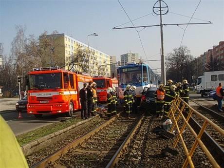 Nehoda peugeotu a tramvaje poblíž zastávky Kotva v Ostravě (2. dubna 2009)