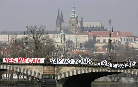 Demonstranti s transparentem proti radaru na mostě Legií