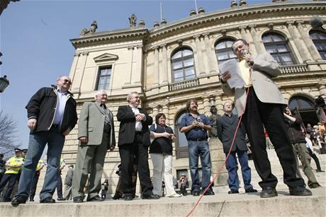 Demonstranti proti radaru na Palachove náměstí v Praze