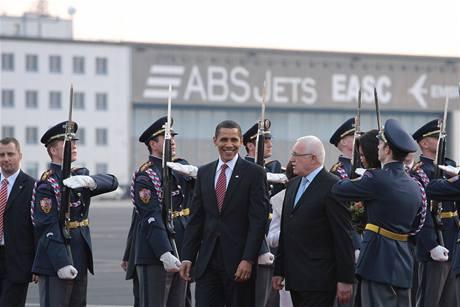 Barack Obama a Václav Klaus po příletu amerického prezidenta