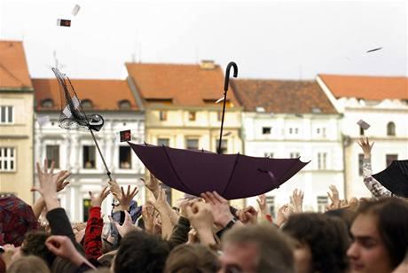 Lidé chytají padesátikorunové poukázky, kterých soukromé rádio vyhodilo v Českých Budějovicích za sto tisíc korun.