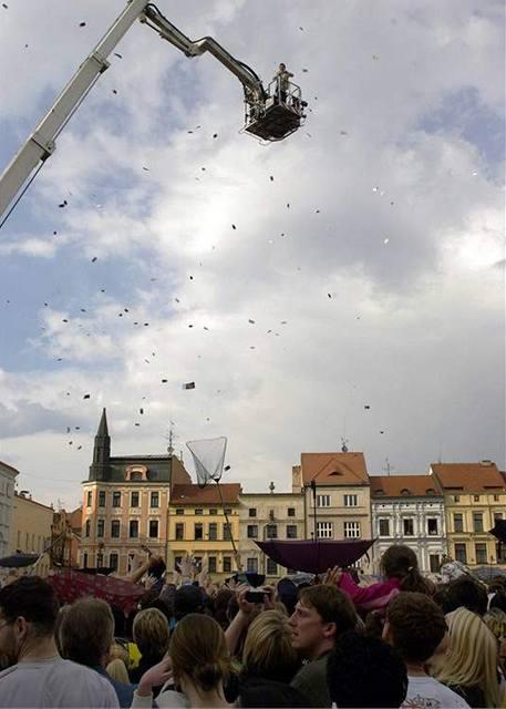 Rozhazování padesátikorunových poukázek, kterých soukromé rádio vyhodilo v Českých Budějovicích za sto tisíc korun.