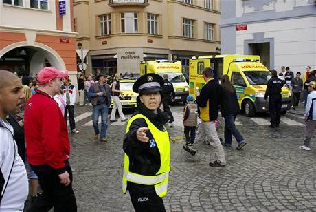 Zásah strážníků a záchranářů na českobudějovickém náměstí Přemysla Otakara II, kde se v tlačenici zranilo na 26 příchozích