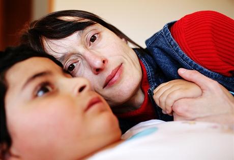 Pěstounka Dana Horeličanová pečuje o těžce postiženého Sašu