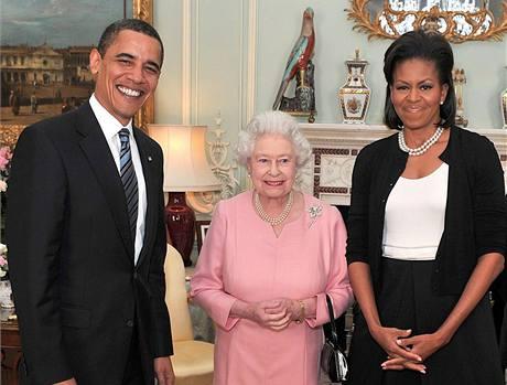 Britská královna Alžběta II. dnes přijala Baracka Obamu s první dámou Michelle. (1. duben 2009)