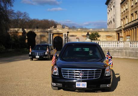 Barack Obama přijíždí na soukromou audienci do Buckinghamského paláce k britské královně (1. dubna 2009)