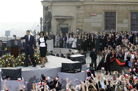 Barack Obama s manželkou Michelle zdraví dav na Hradčanském náměstí (5. dubna 2009)