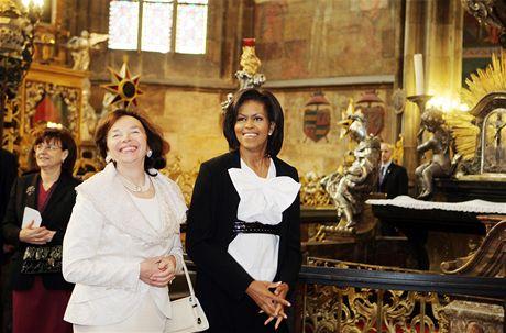 Livie Klausová a Michelle Obamová během prohlídky Chrámu svatého Víta (5. dubna 2009)