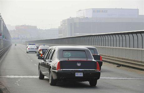 Kolona s americkým prezidentem Obamou přijíždí ke Kongresovému centru (5. dubna 2009)