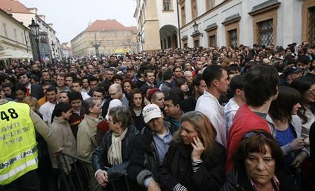 Tisíce lidí čekají na Hradčanském náměstí na projev Baracka Obamy (5. dubna 2009)
