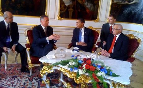 Premiér Mirek Topolánek, americký prezident Barack Obama a český prezident Václav Klaus 5. dubna na Pražském hradě.