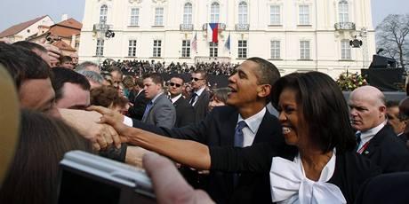 Barack Obama s manželkou zdraví tisíce lidí na Hradčanském náměstí