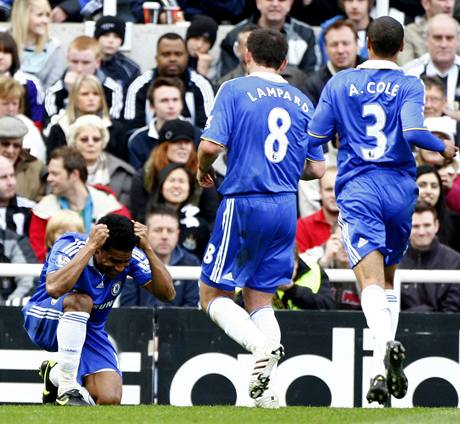 Salomon Malouda (vlevo) z Chelsea oslavuje gól.