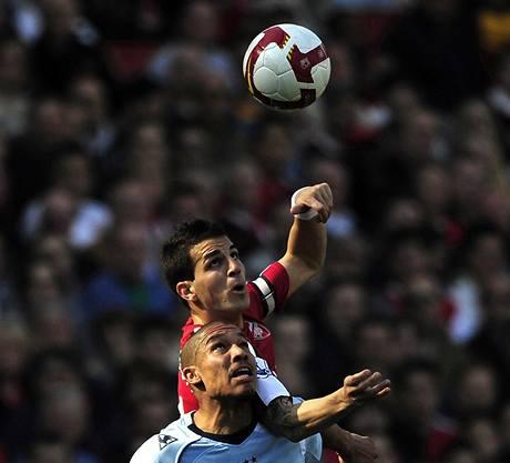 Cesc Fabregas (nahoře) z Arsenalu a Nigel De Jong z Manchester City