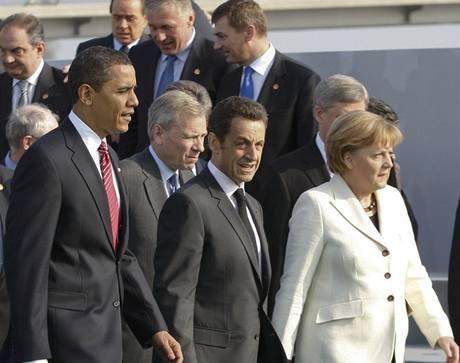 Summit NATO ve �trasburku. V pozad� �esk� premi�r Mirek Topol�nek.