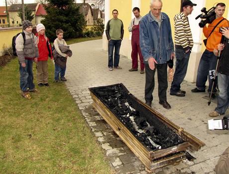 Z mumie zbyly jen uhlíky. Obyvatelé Tepličky požadují pro žháře přísný trest.