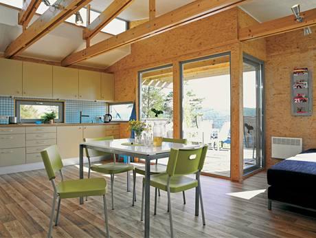 K dispozici je dostatečně velká kuchyňská linka i obývací prostor
