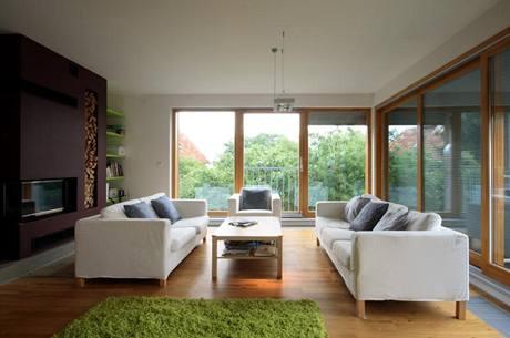 V obýváku nenajdete rušivé radiátory, jen fan-coily v podlaze podél oken