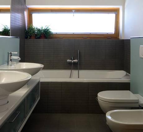 Koupelně dodává na zajímavosti obklad s neobvyklým rastrem 5 x 20 cm