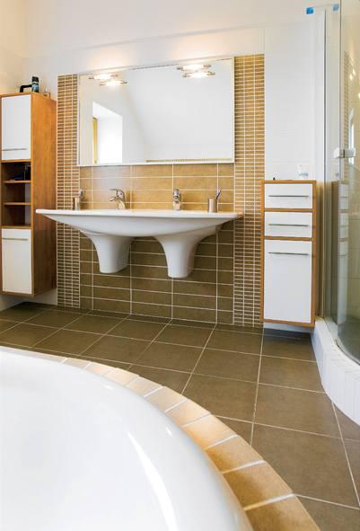 Koupelně dominuje velká vana a dvojumyvadlo