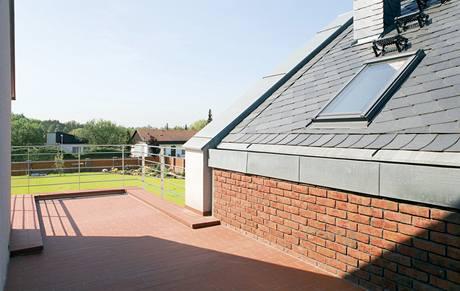 Na střeše spojovací chodby mezi domem a garáží je velká terasa
