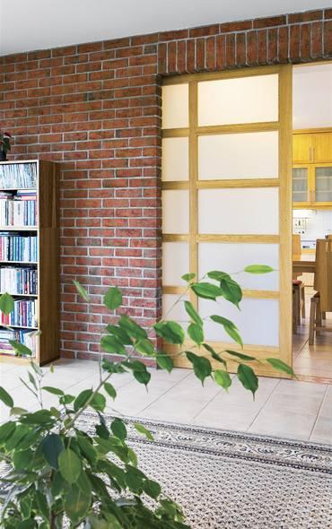 Posuvné dveře dovolují propojit obývák s kuchyní