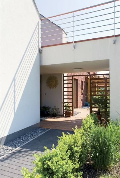 Spojovací terasa mezi domem a garáží