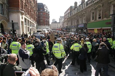 Do ulic Londýna vyšly tisíce demonstrantů