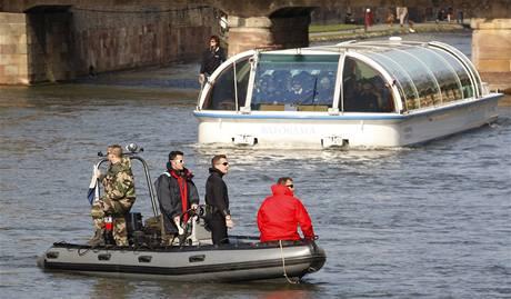 Policisté hlídají Rýn, který tvoří hranici mezi Francií a Německem