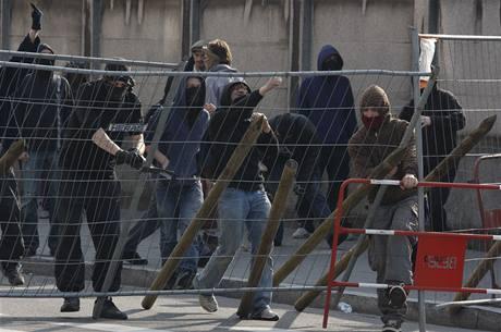 Maskovaní demonstranti se pokusili dostat do centra Štrasburku, kde zítra začne summit NATO