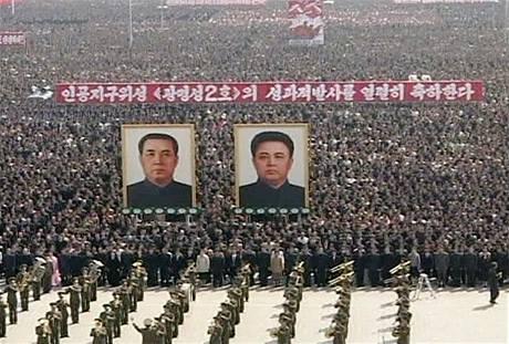 Tisíce Severokorejců oslavily odpálení rakety