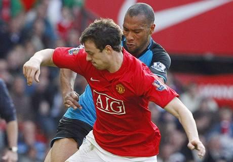 Manchester United - Aston Villa: domácí Jonny Evans vs John Carew