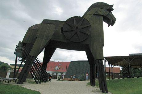 Trojský kůň v podhradí Bouzova