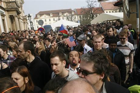 Je po projevu a lidé opouštějí Hradčanské náměstí.