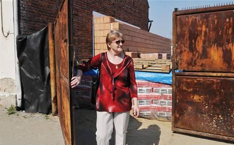 Věra Leitgebová před rozestavěným domem