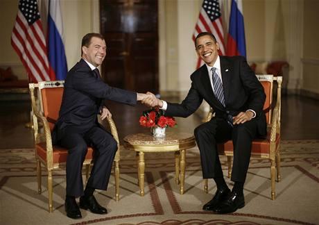 Dmitrij Medveděv a Barack Obama při první osobní schůzce (1. dubna 2009)