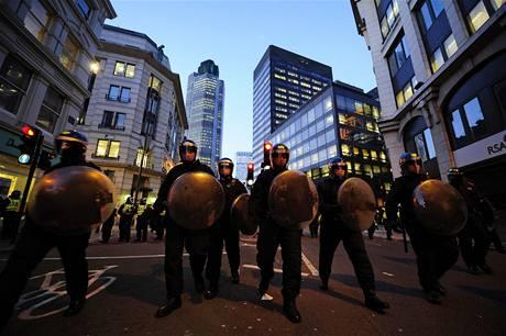 V ulicích Londýna demonstrovaly tisíce lidí kvůli summitu G20 (2. dubna 2009)