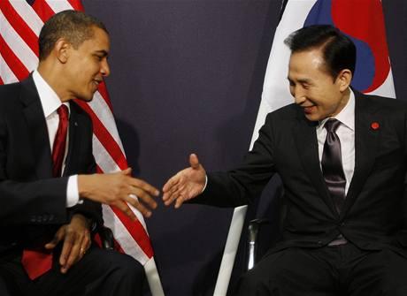 Americký prezident Barack Obama a jeho jihokorejský protějšek Lee Mjong-bak během setkání v Londýně (2. dubna 2009)