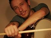 Nový bubeník Support Lesbiens Zbyněk Raušer v konkurzu porazil téměř devadesát bubeníků, včetně tří dívek.
