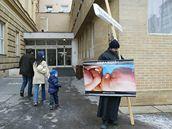 Libor Halík protestuje před porodnicí na Obilním trhu proti potratům