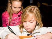Před vystoupením vzniká téměř výtvarné dílo plné autogramů.
